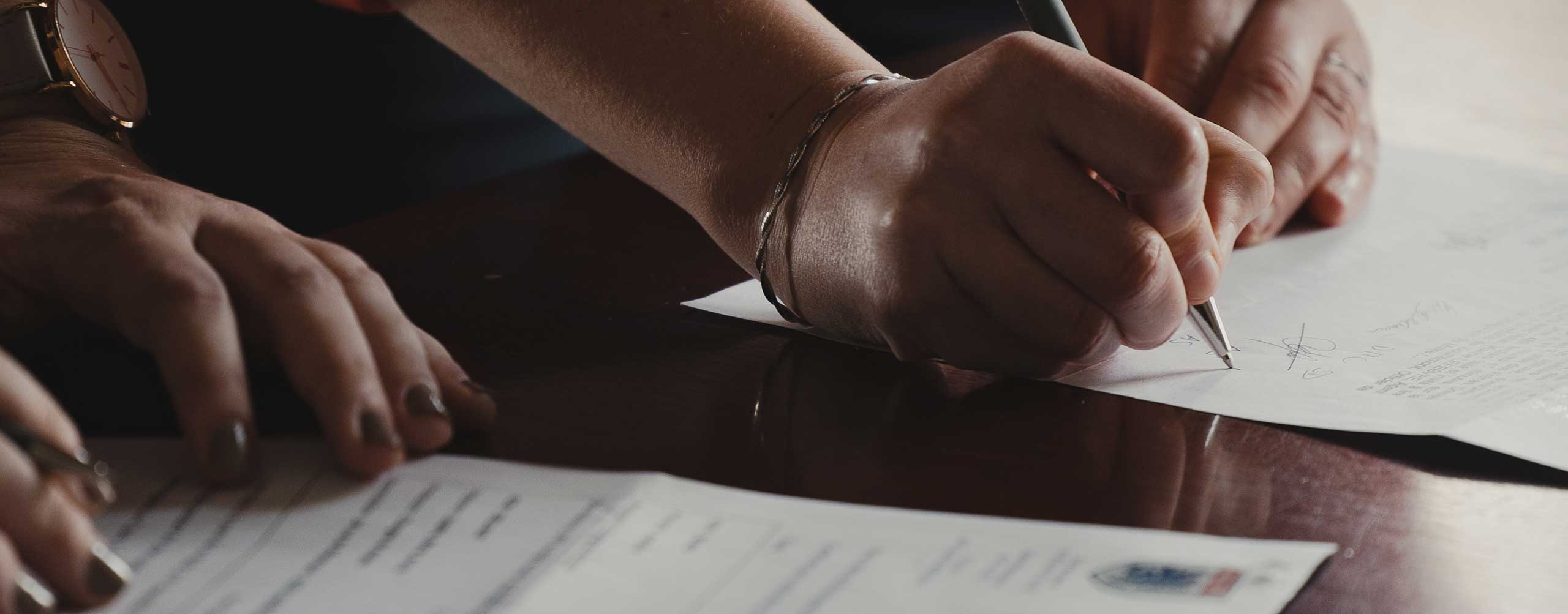 commercial contract lawyers Melbourne, advising on business agreements and contract matters